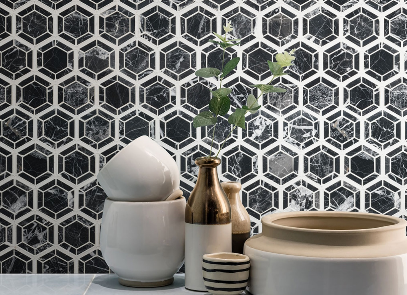 stunning black and white kitchen backplash