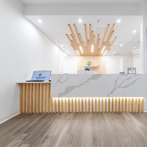 msi-calacatta-leon-quartz-counter-reception-in-bright-hotel