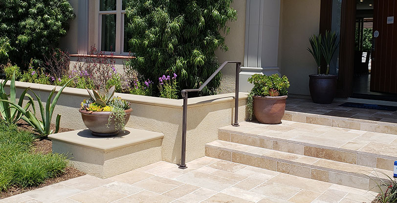 Travertine-Mocha-Naturalstone-Pavers-Hardscape-Scene
